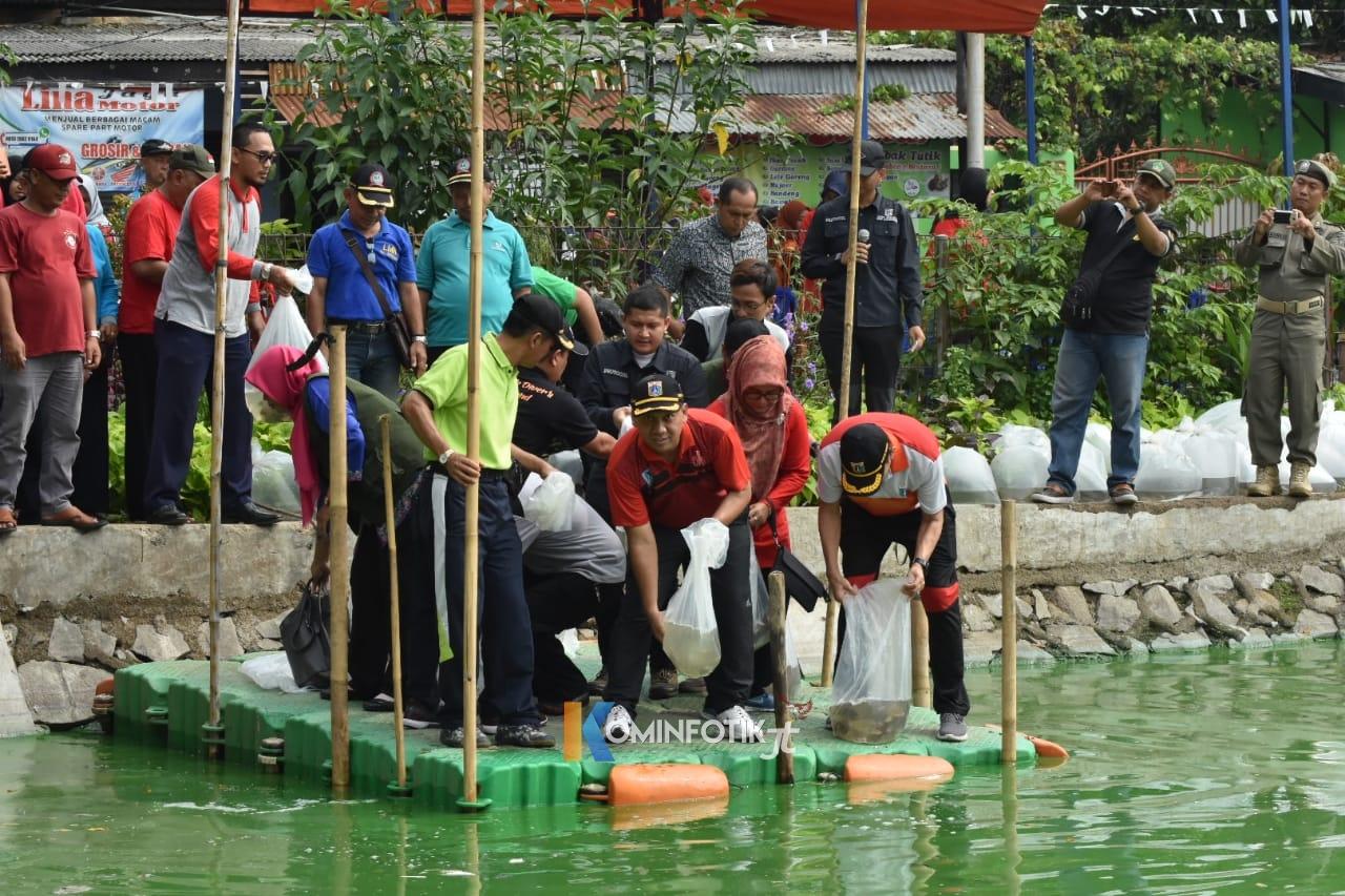 Penebaran 100.000 Ikan Nila Di Situ Rawa Bedung