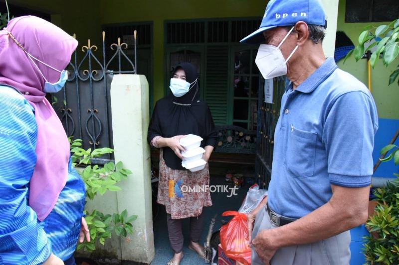 Kelurahan Pondok Kelapa Bagikan Sembako Ke Warga Isoman