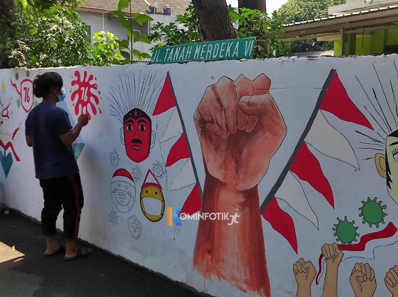 Pembuatan Mural Oleh Warga Di Jalan Tanah Merdeka Rambutan