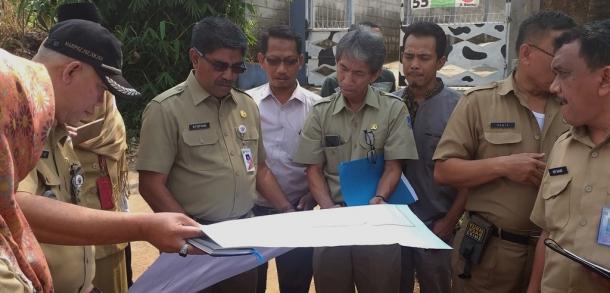Asisten Ekbang Tinjau Kawasan Peternakan Sapi Pondok Ranggon