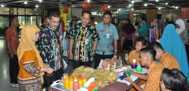 Wali Kota Tinjau Bazar Pekan Festival Inovasi Kreasi Siswa Disabilitas