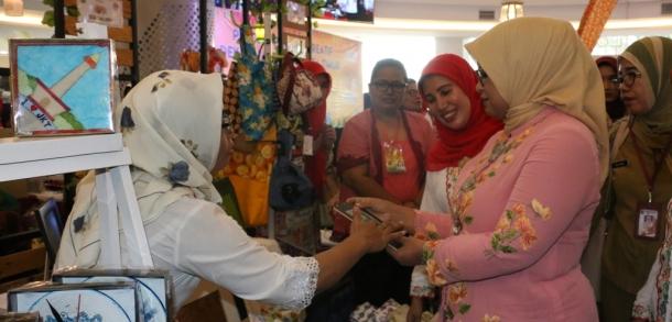 Ketua Dekranasda DKI Hadiri Gelar Produk Pengrajin Di Mall @Bassura
