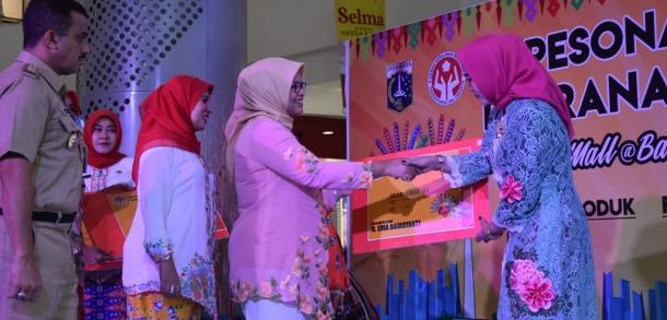 Ketua Dekranasda DKI Serahkan Kartu Anggota Dekranasda Pada Pengrajin