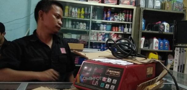 Tim bertemu dengan petugas bengkel di kawasan Duren Sawit untuk mengecek uji emisi kendaraan bermotor yang dilakukannya