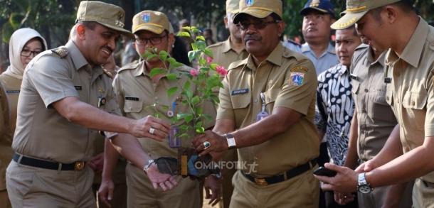 Penanaman Pohon Serap Polutan Di Kantor Walikota Jakarta Timur