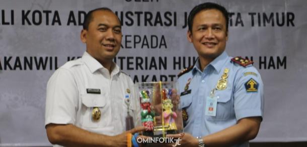 Pemkot Jaktim Berikan Ondel-ondel kepada Imigrasi Jakarta Timur