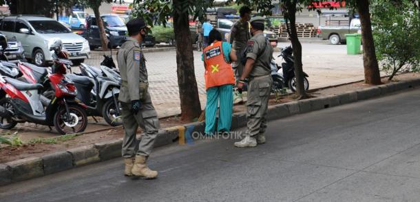 Pemberian Sanksi Sosial Kepada Pelanggar PSBB Di Pasar Induk Kramat Jati